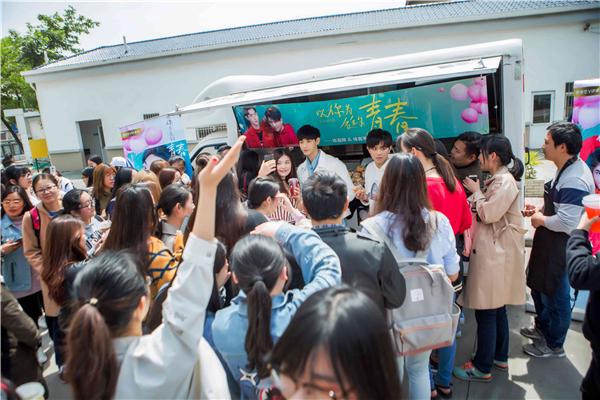 甜心早餐店连晨翔、徐嘉苇请同学喝奶茶
