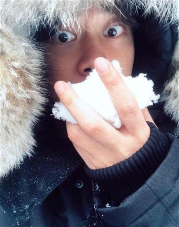 李易峰外出玩雪 瞪大眼睛表情呆萌