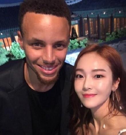 【美天棋牌】郑秀妍晒与库里合影 更有专属签名球衣