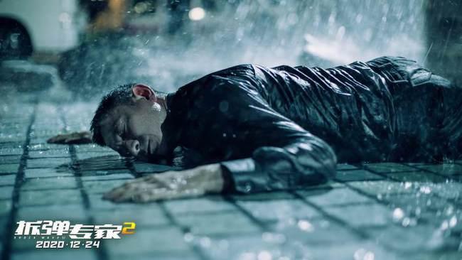 《拆弹专家2》热卖预售曝光刘德华特辑然后拍落马后的激烈动作场面
