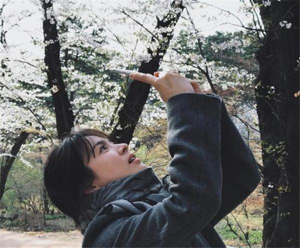 【美天棋牌】宋慧乔有男友了?这张照片男友拍的?