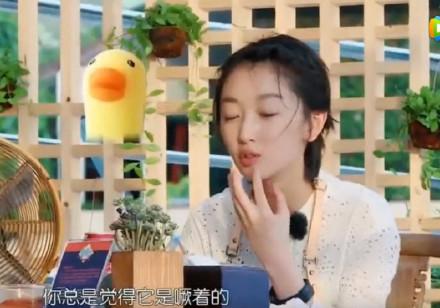 【博狗扑克】耿直girl周冬雨曝糗事:我六岁才断奶