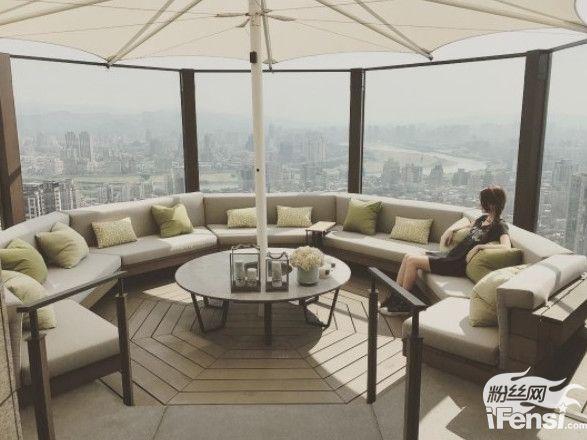 【博狗扑克】周杰伦1.3亿豪宅 昆凌躺沙发看美景