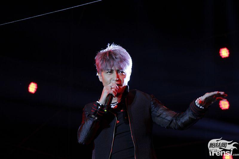 陈志朋劲歌热舞助阵昆明草莓音乐节