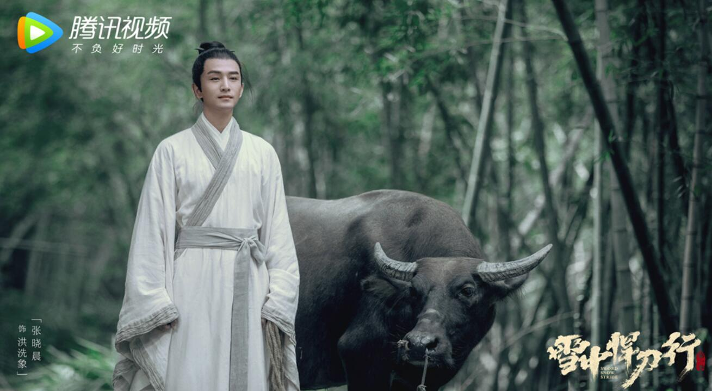 张鲁一被邀请出演《雪中悍刀行》的第一张剧照 穿着白色的仙风道骨
