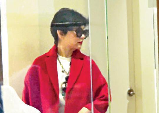 林青霞逛街挑红衣 准备去喝外孙满月酒
