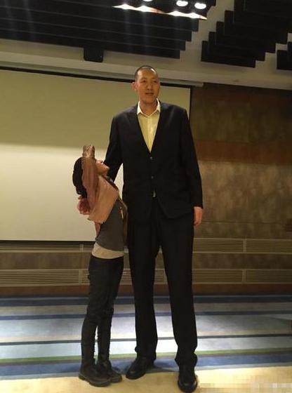 身高差!陈乔恩仰头还不到胸