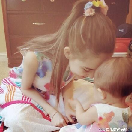 昆凌与小周周顶额头 穿粉嫩母女裙有爱