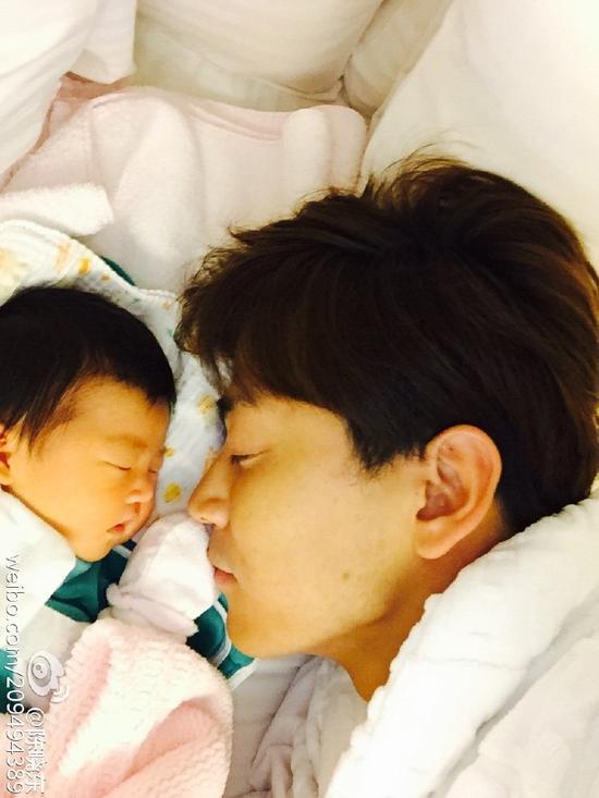 陈晓东15日二胎出生 父女贴头相依显温馨