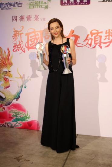 Shay柳妍熙再夺两项大奖 后台与信合影留念