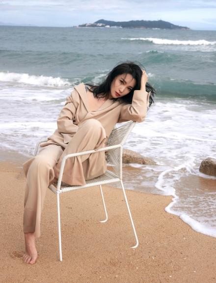 【美天棋牌】李冰冰海边度假穿裸色西装小秀深V