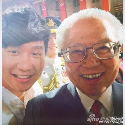 林俊杰庆祝新加坡建国50周年 与总统合影