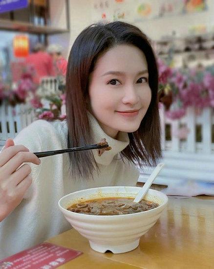 李沁举筷子与肥肠粉微笑合照 短发造型温柔可人