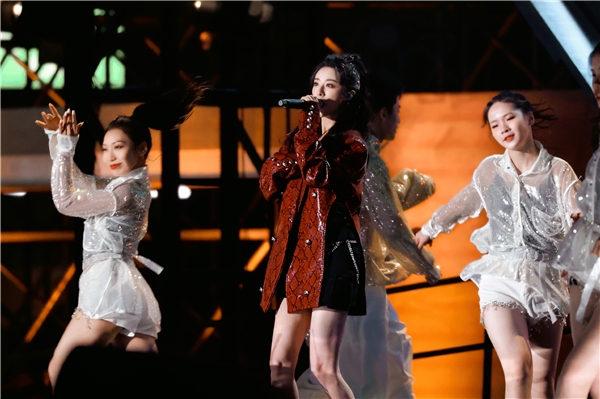 薇娅连登两台跨年晚会 与张云龙合唱给扶贫一线人员送祝福