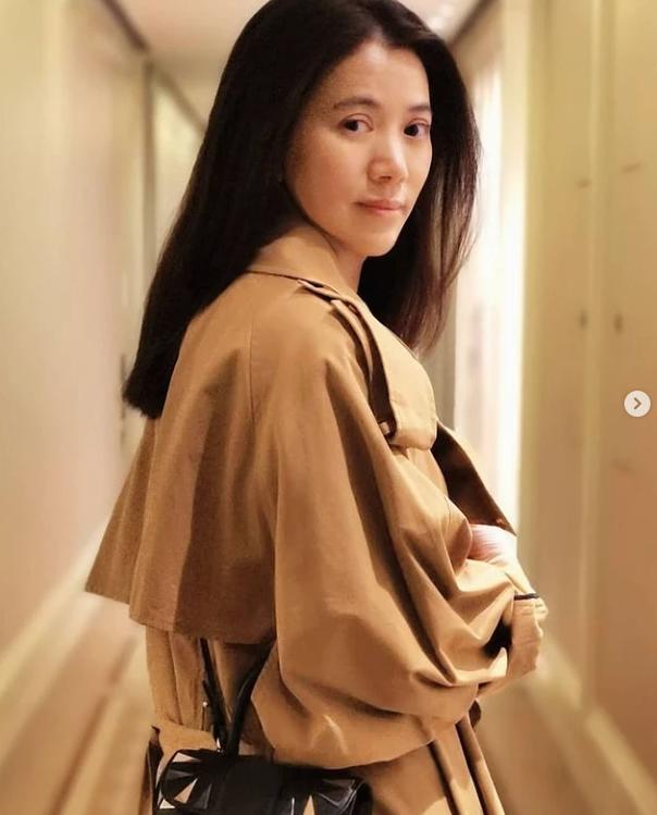 """49岁袁咏仪晒美照 素颜披长发温柔""""回眸杀"""""""