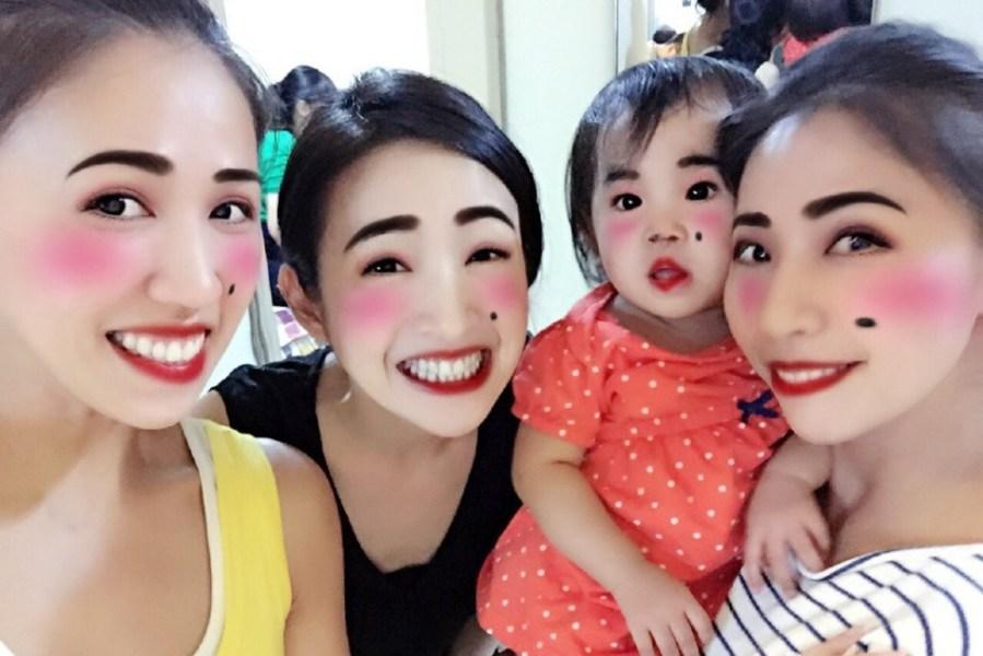 林依晨和家人聚会搞怪扮丑