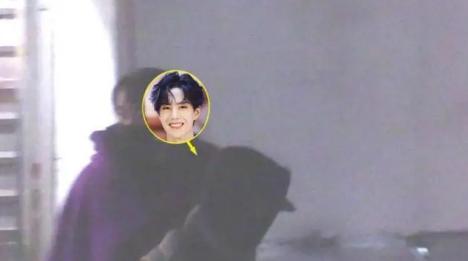 日前有媒体拍到王一博深夜外出觅食的画面