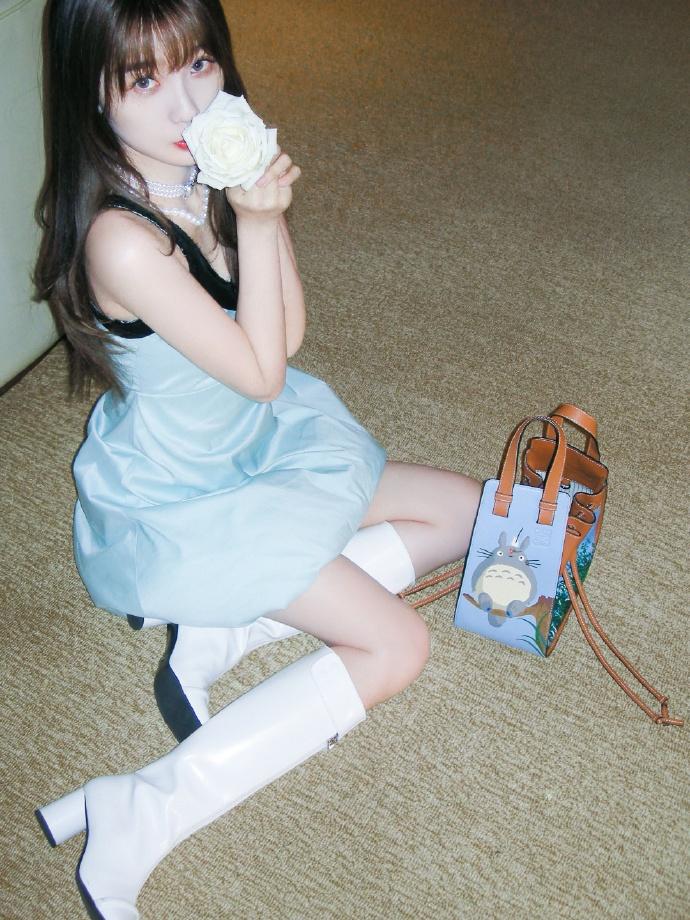 虞书欣穿短裙秀身材 白靴修饰长腿性感不减