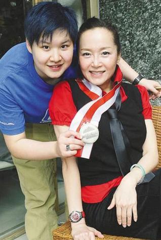 光辉平台主管恬妞女儿被曝与女星交往 母亲疑默许两人关系