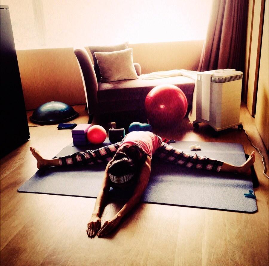 45岁李嘉欣练瑜伽身段姣好
