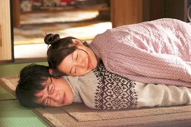 晚上两个人躺沙发适合看什么电影