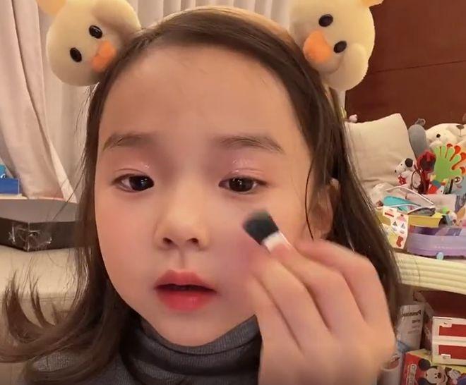 """董璇4岁女儿自己化妆臭美 自称是""""翻车现场"""""""