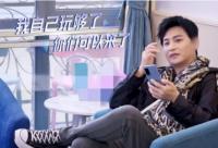 陈志朋晒出了一张照片 拿着A4纸对比自己瘦身成功的细腰