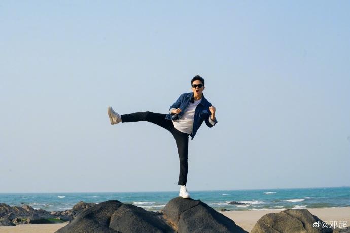 邓超在礁石上摆搞怪pose 秀平衡感有活力