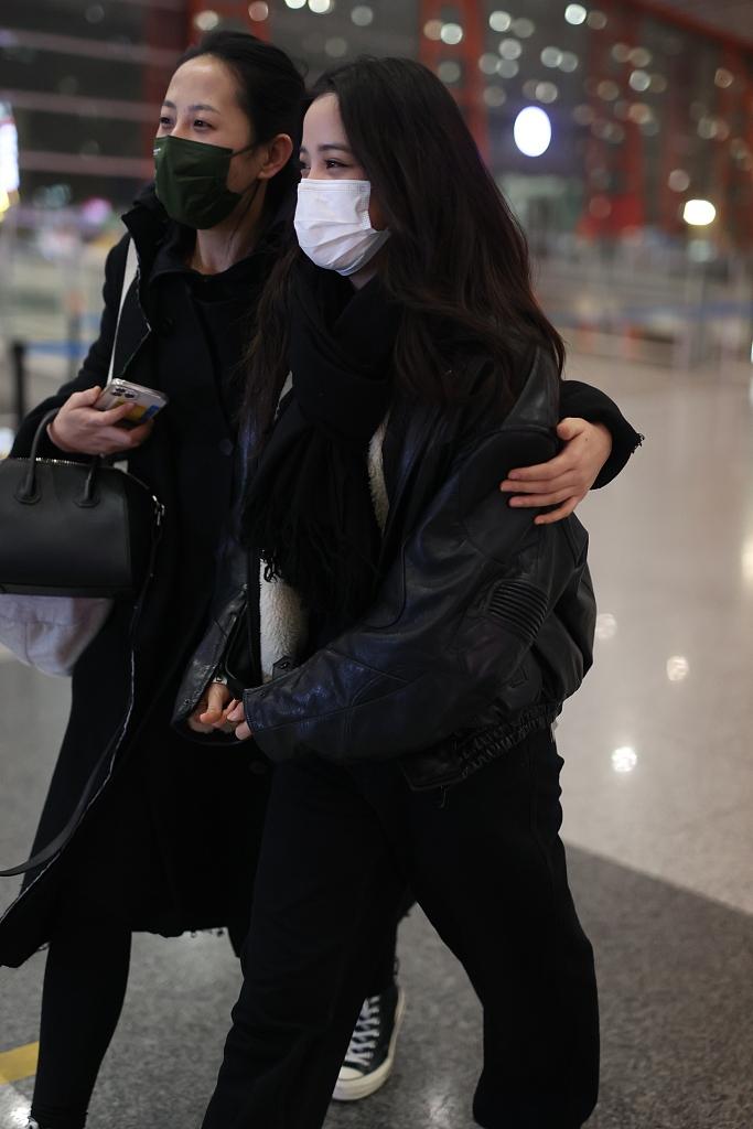 机场被男子拉头发纠缠,欧阳娜娜凌晨发文报平安