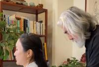 69岁张纪中为妻子梳头 高调表白甜撒狗粮