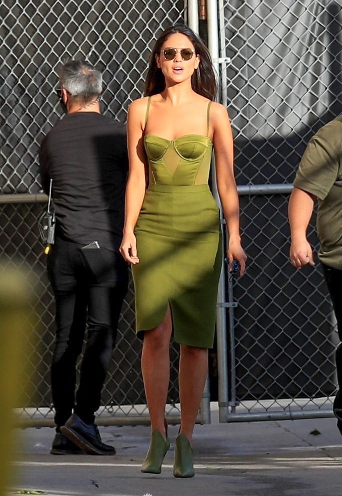 甜茶女友穿低胸吊带裙性感又高级