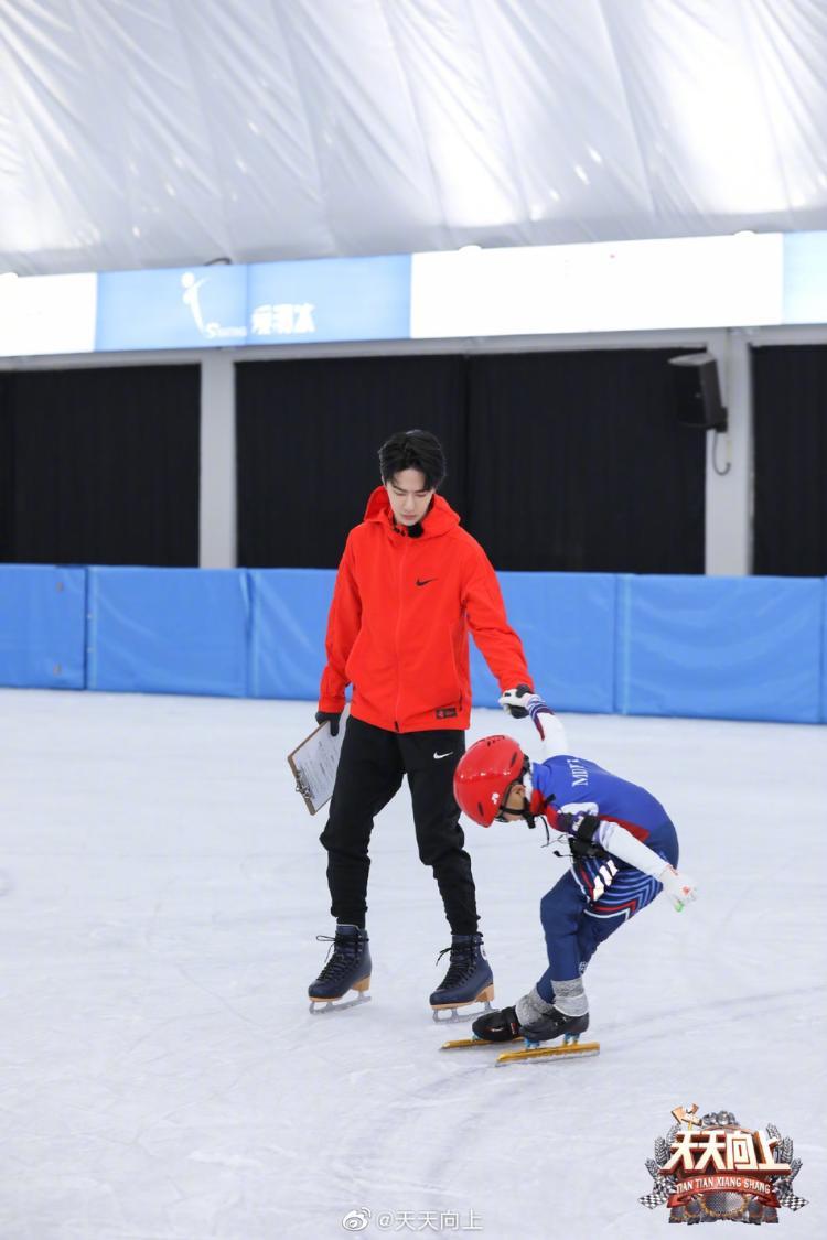 王一博带娃滑冰贴心指导 全程陪练态度严谨