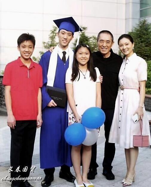 光辉娱乐官方网址张艺谋19岁儿子片场照曝光,与爸爸姐姐共同执导电影