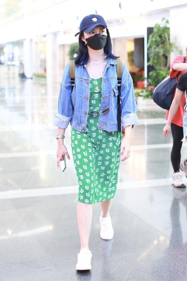 姚晨这造型还挺清爽简约,穿牛仔外套配绿裙,看起来优雅大气