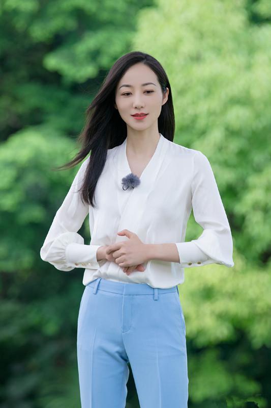 """光辉娱乐官方网址韩雪太会打扮了!穿骑行裤配""""白色""""T恤,简约大气又显年轻"""