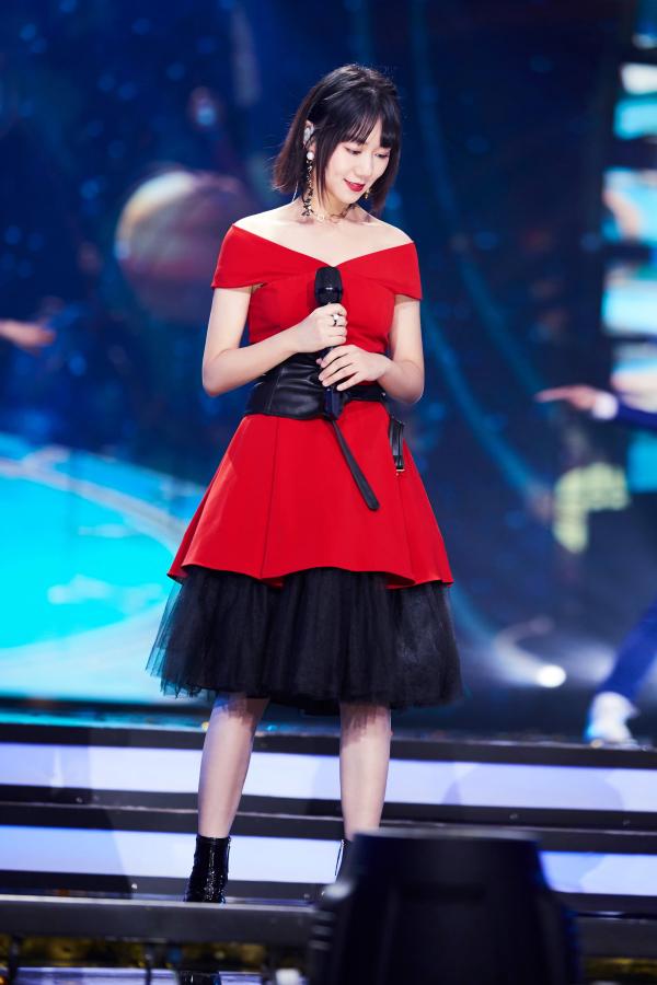 《【聚星平台网站】谢春花红裙亮相东方卫视跨年盛典》