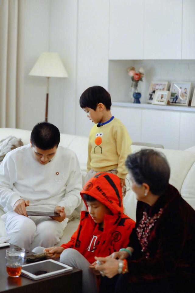 黄圣依俩儿子近照曝光,安麟和妈妈小时候一模一样