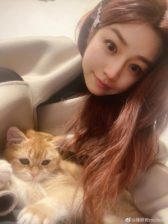 陈妍希抱猫咪拍合照 淡妆出镜皮肤白皙