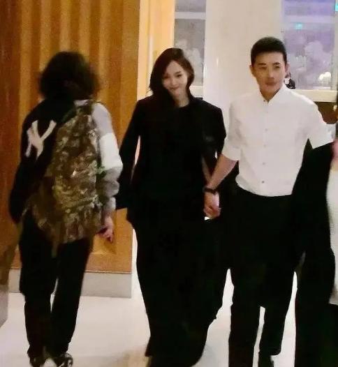 光辉平台主管有网友翻找出了唐嫣和罗晋一起牵手下班的画面
