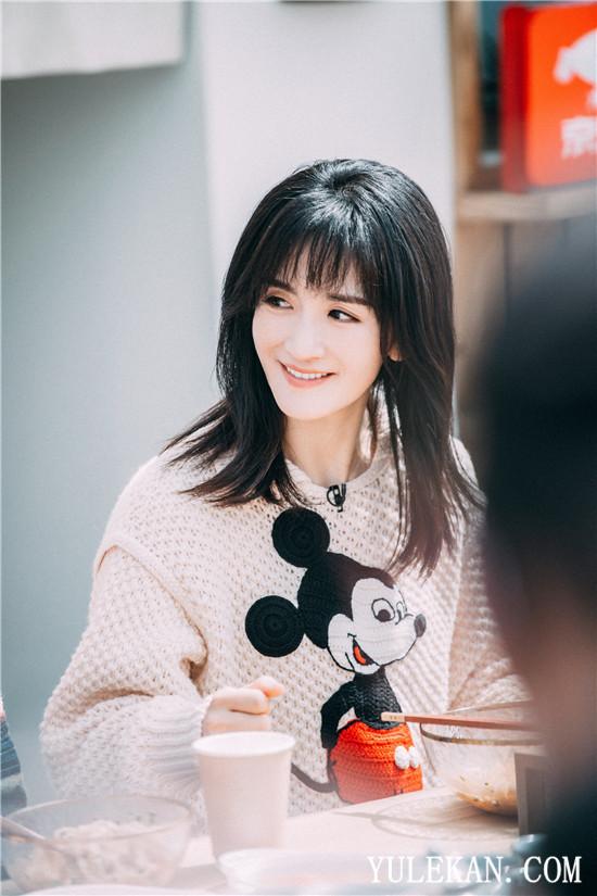 光辉娱乐官方网址综艺女王为家低调休息,看看谢娜温柔的另一面
