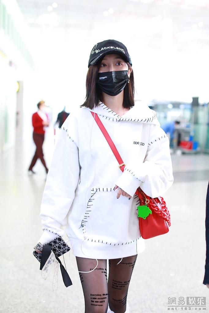 混搭时尚!吴宣仪穿黑色印花丝袜走潮酷风