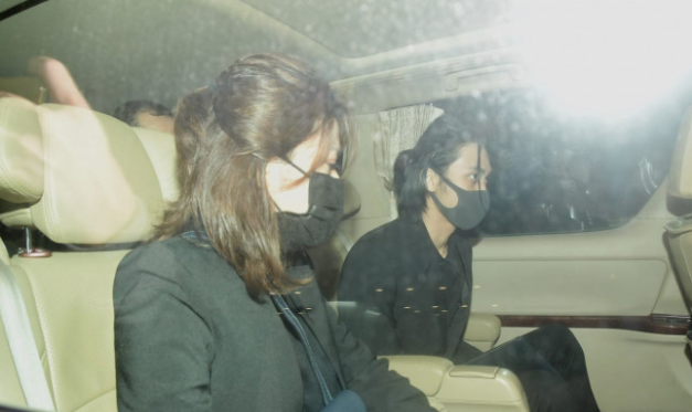 吴孟达遗孀与儿子同车离开灵堂,母子俩神情哀痛