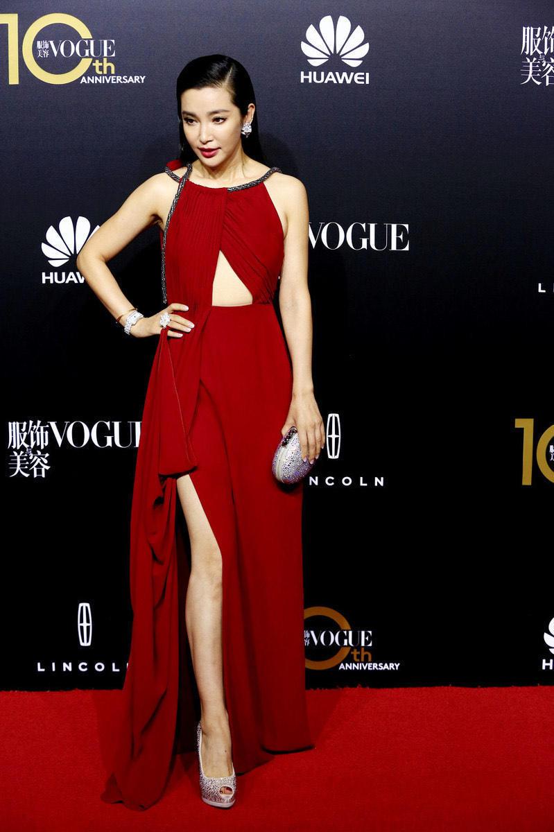 奔五的李冰冰真敢穿,挂脖红裙只靠一根绳子撑住,性感与妩媚并存