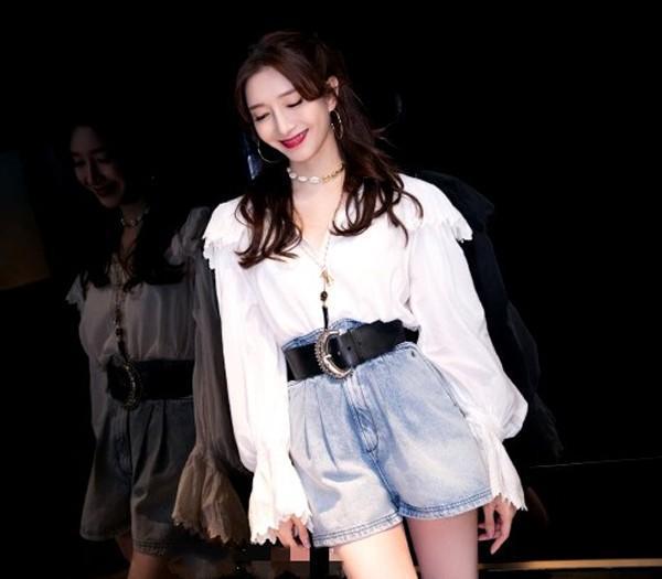 江疏影气质太好了,穿白衬衫干净又清新,怪不得韩国人都想偷走