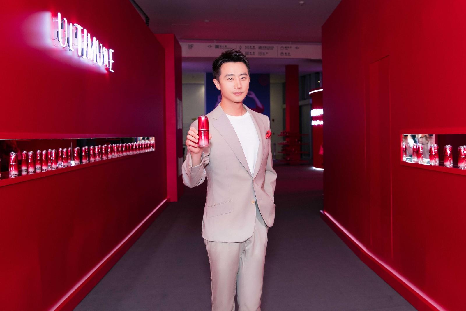 黄轩亮相某品牌发布会 米色西服清爽优雅