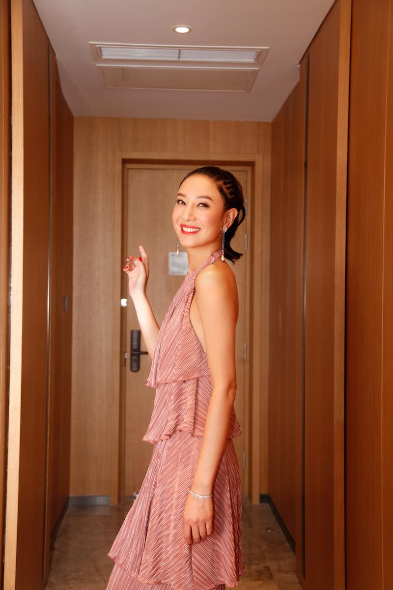 郑希怡亮相电影盛典 大秀美背展姣好身材