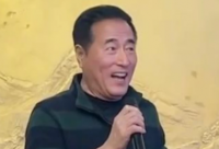 演过我爱我家的63岁戏骨杨立新最近被网友在酒桌上遇见
