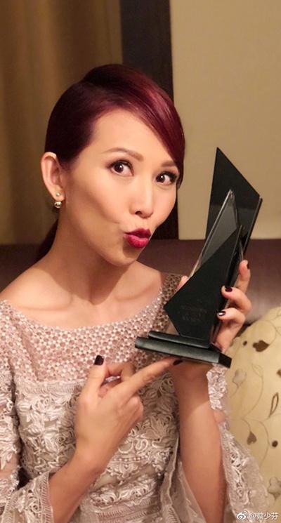 《【好聚彩在线娱乐】蔡少芬获年度风尚影响力女艺人 妆容精致身材诱人》