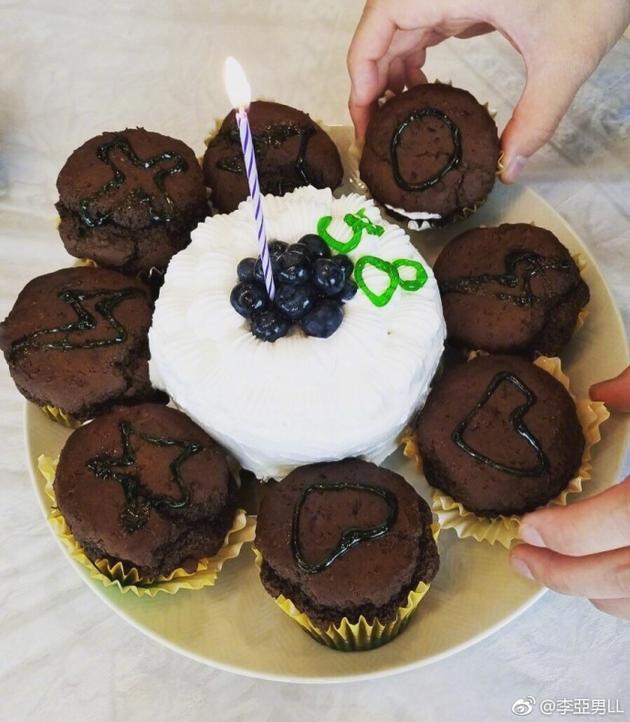 王祖蓝生日娇妻李亚男深情表白 晒美味蛋糕超甜蜜