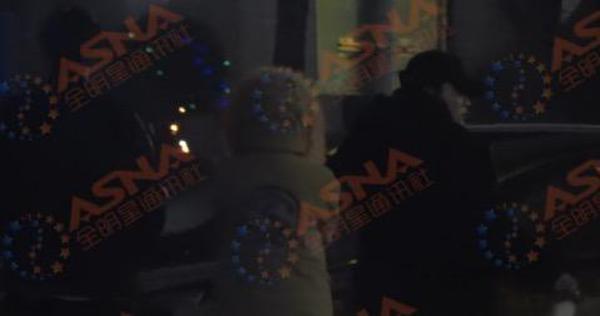 贾乃亮在外拍戏 PGONE圣诞节夜访李小璐家